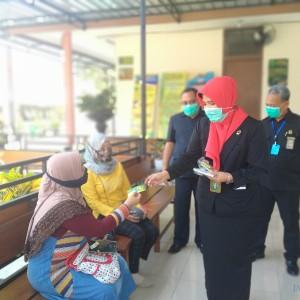 Ketua PN Kota Malang Bagi Stiker ke Pengunjung Pengadilan