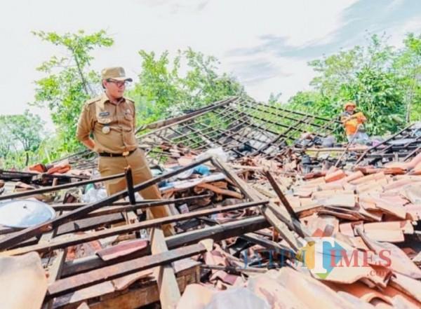 Bupati Pamekasan Baddrut Tamam saat melihat salah satu rumah warga di Pamekasan