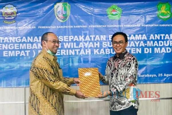 Bupati Pamekasan Baddrut Tamam saat menandatangani MoU dengan BPWS di Surabaya