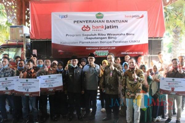 Bupati Pamekasan foto bersama usai menyerahkan alat usaha secara simbolis kepada perwakilan calon pengusaha baru di di Pendopo Mandhepa Agung Ronggosukowati