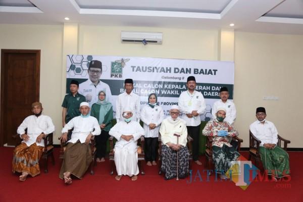 Mak Rini (atas dua dari kiri), hadir dan dikabarkan ikut dibaiat sebagai calon kepala daerah di Pondok Lirboyo Kediri