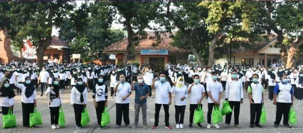 Pemberian Bantuan Kepada Tenaga Kesehatan non ASN Serta Aktivitas Senam Bersama Bupati Kab. Mojokerto (Foto: IG humaskabmojokerto)