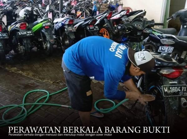 Petugas Kejari Kota Malang yang tengah membersihkan barang bukti(istimewa)