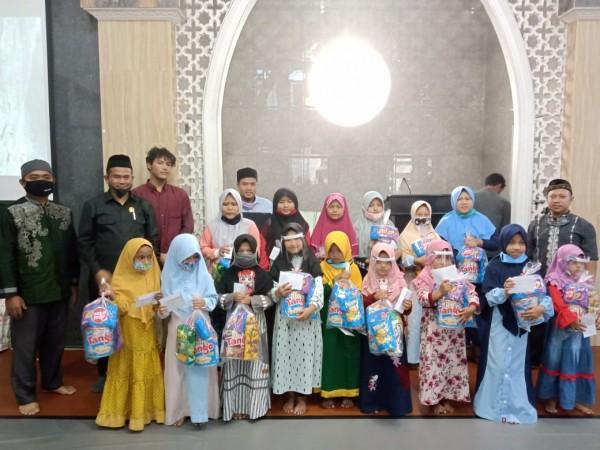 Suasana pemberian santunan bagi anak yatim di masjid Al Falah, Gadang Kota Malang. (Foto: Dokumentasi Fraksi PKS).