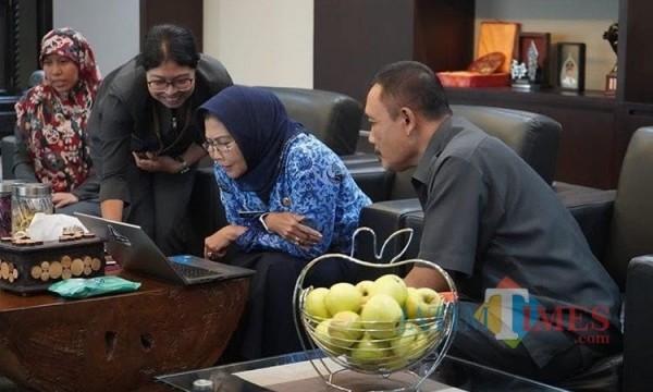 Wali Kota Batu Dewanti Rumpoko saat sensus penduduk online di ruangannya. (Foto: Irsya Richa/MalangTIMES)