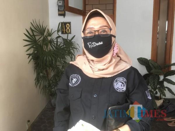 Humas Satgas Covid-19 Kabupaten Malang, Aniswaty Aziz saat menjelaskan rekap kasus covid-19 dalam kurun waktu sebulan. (Foto : Dokumen MalangTIMES)