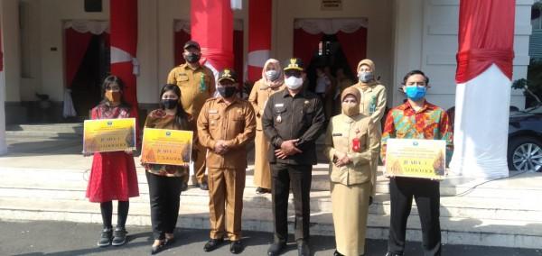 Penyerahan hadiah kepada para pemenang Lomba Penulisan Artikel Sejarah Kota Malang secara simbolis. (Foto: Humas)
