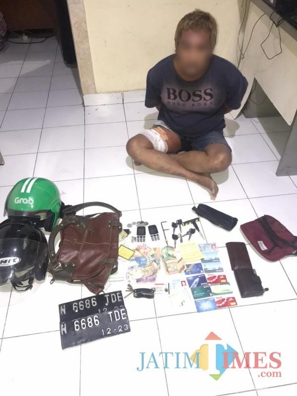 Tersangka beserta barang bukti saat diamankan polisi ke Mapolsek Singosari. (Foto : Polsek Singosari for MalangTIMES)