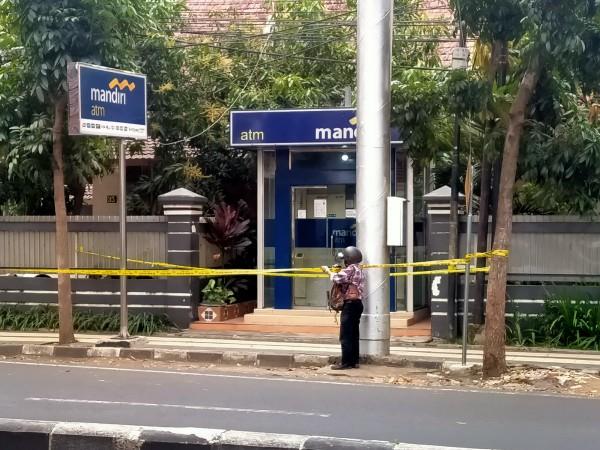 Lokasi ATM dimana sempat terjadi percobaan curas masih pasang garis polisi (Anggara Sudiongko/MalangTIMES)