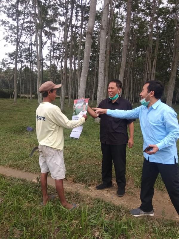 Bacawabup Didik Budi Muljono saat bersama Sujud Pribadi turun ke masyarakat dengan memberikan kalender tahun 2020 bergambarkan Bapaslon Ladub. (Foto: Istimewa)