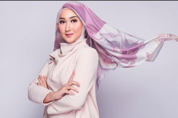 Gaya Dian Pelangi saat memakai scarf untuk hijab. (Foto: Instagram @dianpelangi).