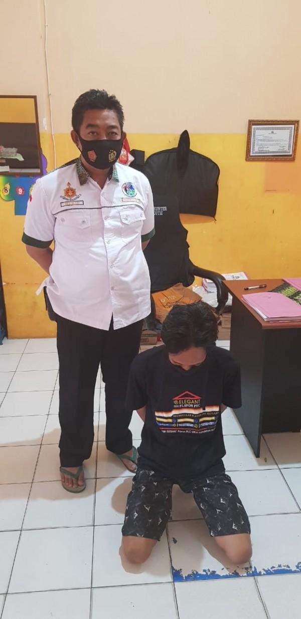Kasatreskoba Polres Jombang AKP Moch Mukid menunjukkan pelaku pengedar narkoba. (Istimewa)