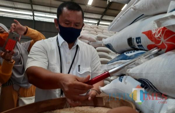 Kepala Bulog Subdivre Kediri Mara Kamin Siregar saat mengecek beras di gudang Bulog.(eko arif s/Jatimtimes)