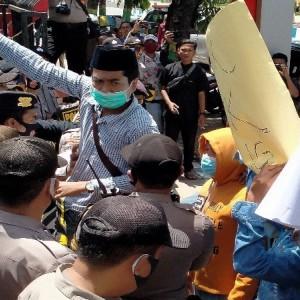 Demo DPRD Sumenep, Massa Sebut Tak Butuh Calon Pemimpin Korup