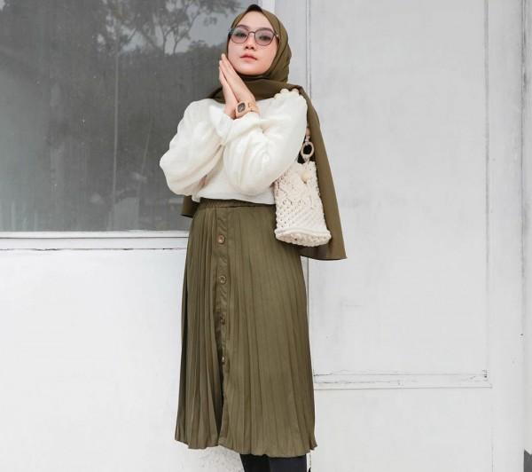 Gaya midi skirt ala hijabers. (Foto: Instagram @lupitadewief).