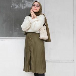 Ingin Pakai Midi Skirt Meski Berhijab? Contek 5 Gaya Selebgram yang Tetap Anggun Ini