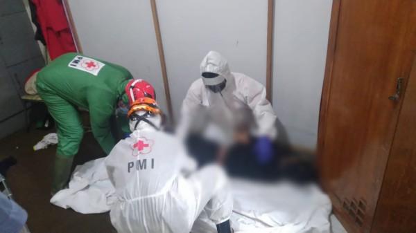 Jasad korban ketika dievakuasi tim medis dari dalam kamar di bengkel AC (Ist)
