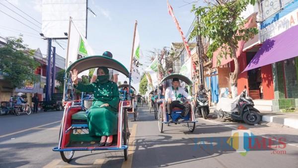 Pasangan Lathifah Shohib (kiri) - Didik Budi Muljono (kanan) atau LADUB saat mendaftarkan diri ke KPU dalam kontestasi Pilkada Kabupaten Malang dengan naik becak (Foto : Istimewa)