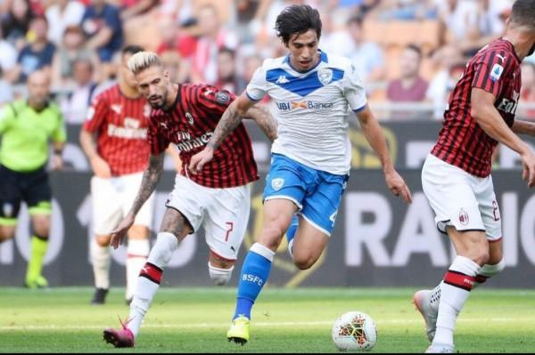 Sandro Tonali (putih) saat bermain melawan AC Milan (Instagram Sandro Tonali)