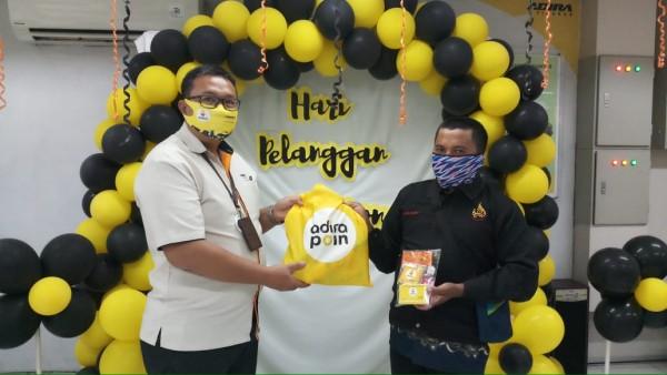 Sutaryo head of branch SSD Adira Finaance cabang Malang saat memberikan cinderamata (istimewa)