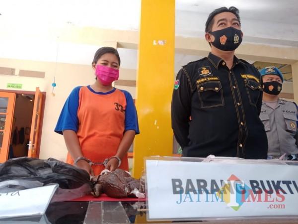 Vina (33), saat dihadirkan pada jumpa pers di Mapolres Jombang (Foto: Adi Rosul / JombangTIMES)