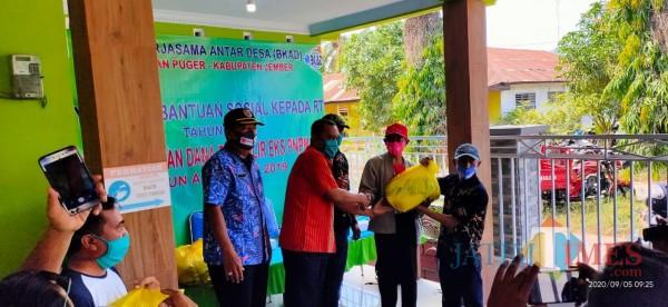 Acara penyerahan bantuan paket sembako yang digelar oleh BKAD Kecamatan Puger (foto : Ulum Pitek / Jatim TIMES)