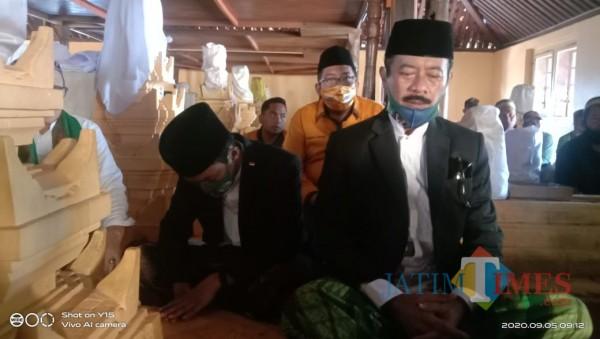 Bapaslon bupati dan wakil bupati Sumenep Fattah Jasin - KH. Ali Fikri saat nyekar di Asta Tinggi (Foto: Syaiful Ramadhani/JatimTIMES)