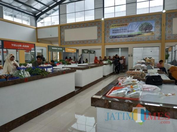 Beberapa lapak penjual di pasar. (Hendra Saputra)