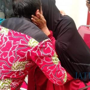 Sungkeman dan Tangis Haru Warnai Pemberangkatan Cak Salam-Ifan ke KPU Jember