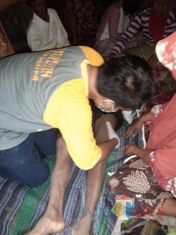 Korban Bairi, saat dievakuasi petugas kepolisian dan dibantu keluarga korban (foto: Humas Polres Sumenep for JatimTIMES)