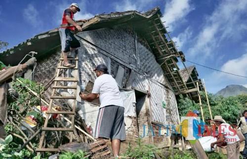 Salah satu rumah yang tidak layak huni di bedah di Kota Batu. (Foto: Irsya Richa/MalangTIMES)