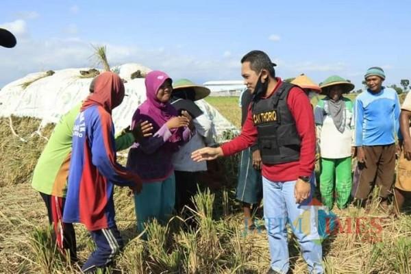 Bupati Lumajang H. Thorqul Haq ketika bertemu dengan petani (Foto : Moch. R. Abdul Fatah / Jatim TIMES)