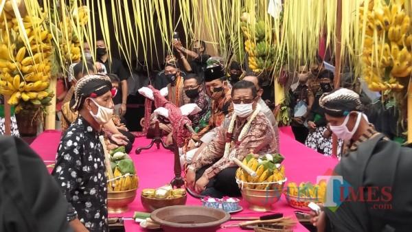 Bupati Tulungagung Maryoto Birowo saat hadir dalam prosesi jamasan pusaka Kiai Upas (Foto: Istimewa/ TulungagungTIMES)