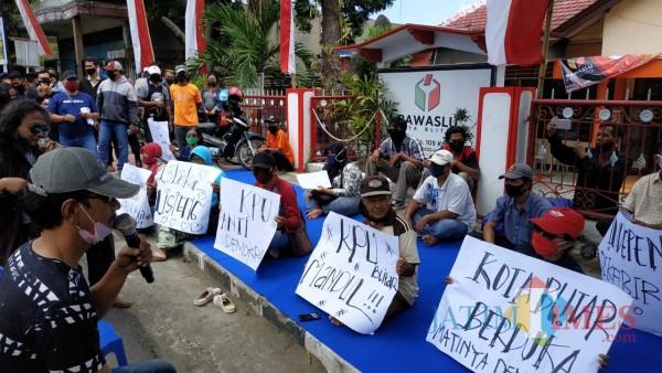 Forum Peduli Independen Unjuk Rasa, Kawal Gugatan Paslon Listeng ke Bawaslu Blitar