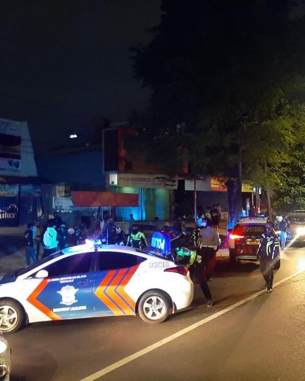 Nampak mobil patroli petugas menghadang sekeliling pemuda yang kuat dugaan akan melakukan balap liar (Ist)