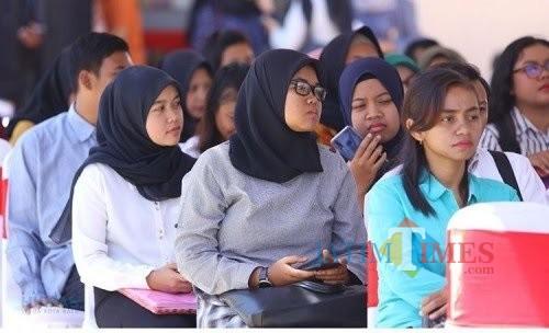 Para calon pekerja saat mengantre dalam mengikuti bursa kerja di Balai Kota Among Tani tahun 2019. (Foto: istimewa)
