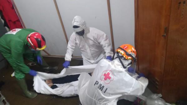 Petugas medis saat mengevakuasi jenazah pegawai bengkel AC yang ditemukan tewas di kamar bengkel. (Ist)