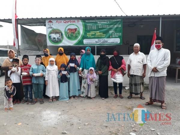 Puji Astutik mahasiswa Unisba Blitar melaksanakan PKM di Yayasan Tunas Patria Utomo Kanigoro.(Foto : Aunur Rofiq/BlitarTIMES)