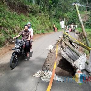 Separuh Jalan Penghubung Tulungagung-Ponorogo Longsor ke Dalam Jurang