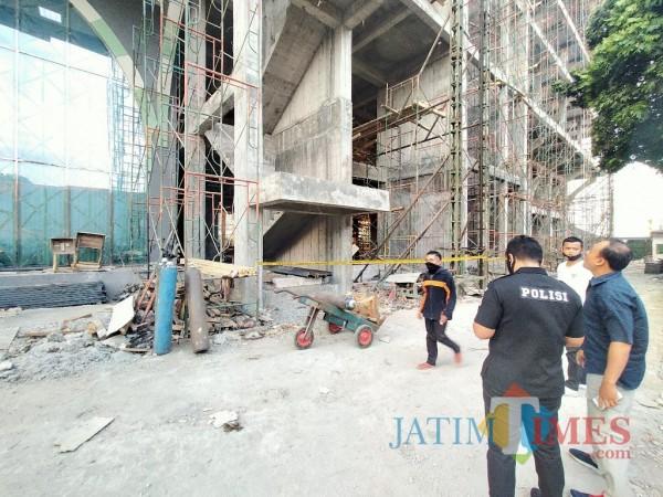 Lokasi kejadian tempat jatuhnya 10 pekerja proyek di RSI UNISMA (Anggara Sudiongko/MalangTIMES)