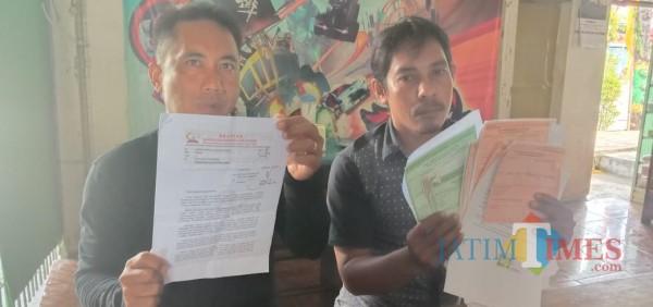 Entor (42) Warga Desa Kombang, Kecamatan Talango didampingi LSM Brantas saat menunjukkan bukti laporan di Kejari (Foto: Syaiful Ramadhani/JatimTIMES)