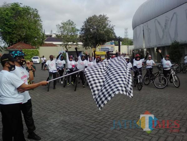 Kadispora dan Ketua KONI Banyuwangi Memberangkatkan Peserta Gowes Bareng Di Depan Stadion Diponegoro Nurhadi Banyuwangi Jatim Times