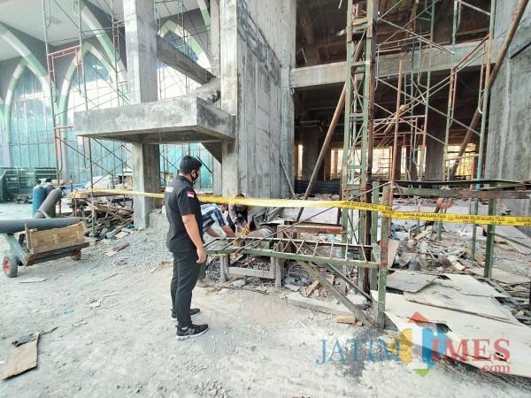Kasat Reskrim Polresta Malang Kota, saat mengunjungi lokasi kejadian di RSI Unisma (Anggara Sudiongko/MalangTIMES)
