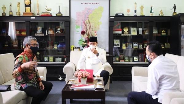 Kepala BI Kediri Sofwan Kurnia (kiri) Walikota Madiun Maidi (tengah) Deputi Kepala BI Kediri Rizal Moelyana (kanan). (Foto: Istimewa)