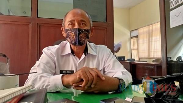 Kepala Bidang Penanganan Fakir Miskin (Kabid PFM) Dinsos Sumenep Moh. Zaini saat ditemui media di ruang kerjanya. (Foto: Syaiful Ramadhani/JatimTIMES)