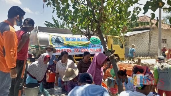 Suasana saat masyarakat di Kecamatan Tlanakan, Pamekasan saat menimba air bersih dari tangki mobil FRPB Peduli