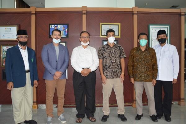 Rektor UIN Malang, Prof Dr Abdul Haris MAg (urutan ketiga dari kiri) sambut kedatangan dosen native bahasa Arab dari Saudi Arabia. (Foto: Humas)