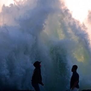 Dua Wisatawan Tertangkap Kamera Tergulung Ombak, Satu Orang Hilang