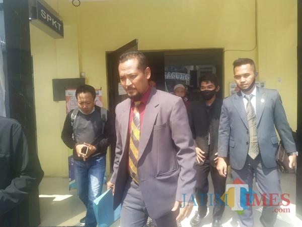 Pengacara Nanang Rohmat, yakni Apriliawan Adi Wasisto, saat di SPK Polres Tulungagung / Foto : Anang Basso / Tulungagung TIMES