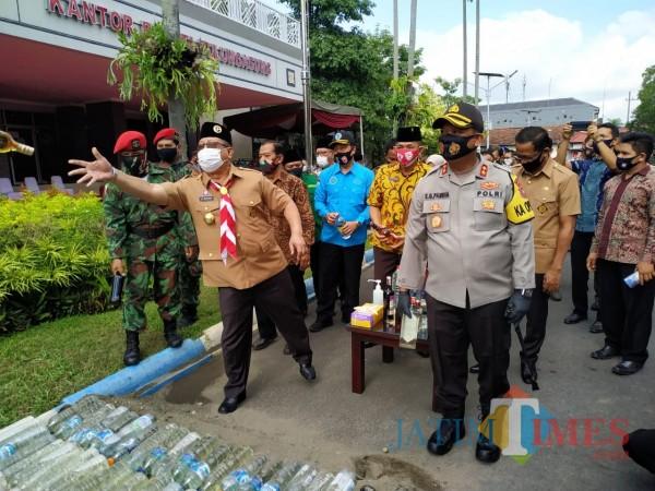 Pemusnahan Miras di depan kantor Pemkab Tulungagung / Foto : Anang Basso / Tulungagung TIMES